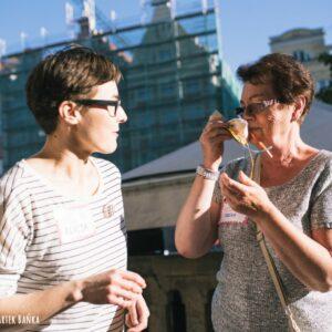 Dwie kobiety, jedna z nich wącha woreczek zapachowy