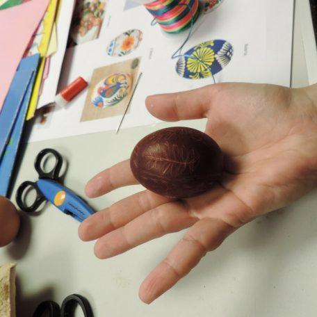 Tradycyjne jajko wielkanocne w technice drapania kraszanki