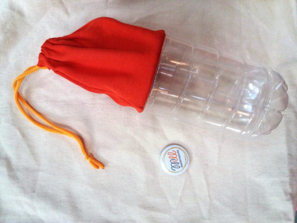 Piórnik z plastikowej butelki na dole i tkaniny przyszytej na górze